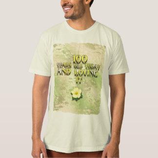 100 år som är gammala och älskar det tee shirt