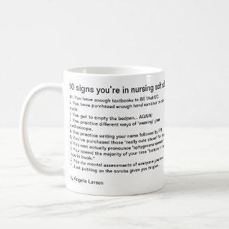 10 tecken som du är i sjukvård, skolar kaffemugg