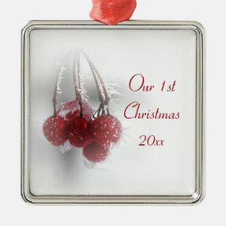 1st jul för röda frostiga bär tillsammans julgransprydnad metall