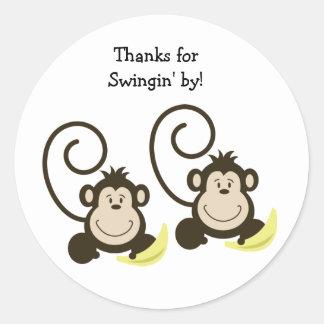 2 enfaldiga apor födelsedag eller baby showerfavör runt klistermärke