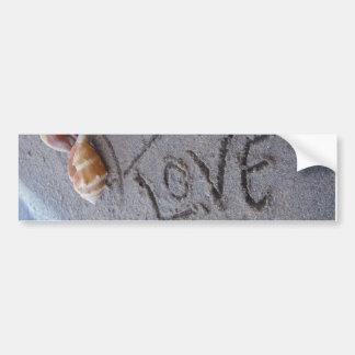 2 hjärtor i sanden med snäckor med kärlek bildekal