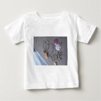 2 hjärtor i sanden med snäckor med kärlek t-shirt