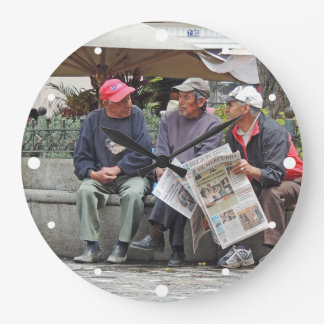 3 manar som talar i plazaen i Cuenca Ecuador Stor Klocka