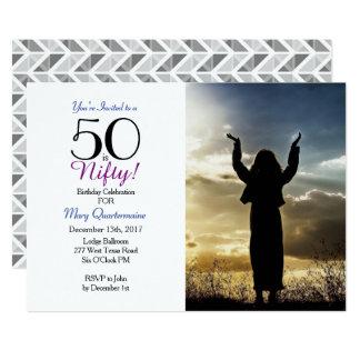 50 är Nifty! 50th Födelsedagsfestfotoinbjudan 12,7 X 17,8 Cm Inbjudningskort