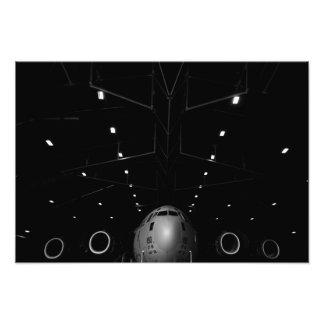 A.C. - 17 Globemaster III sitter i en hangar Fototryck
