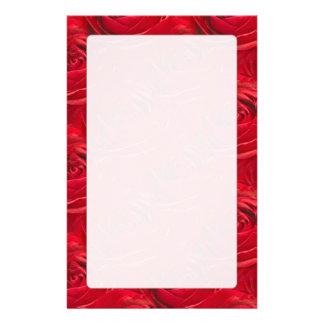 Abstrakt centrerar av röd rosmönster brevpapper