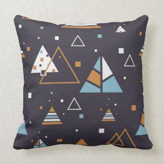 Abstrakt färgrikt geometriskt triangelmönster kudde