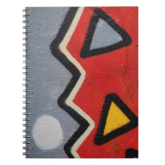 Abstrakt moderiktiga grafitti tätt upp fotografisk anteckningsbok med spiral