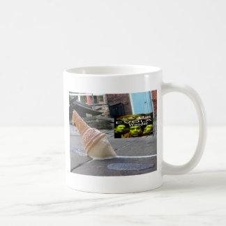 Adam Evola under Kaffemugg