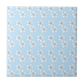 Åder blommar på blått liten kakelplatta