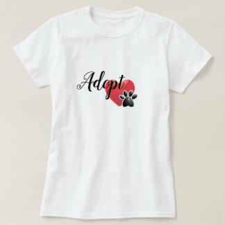 Adoptera hjärta- och tassskydddjur t shirts