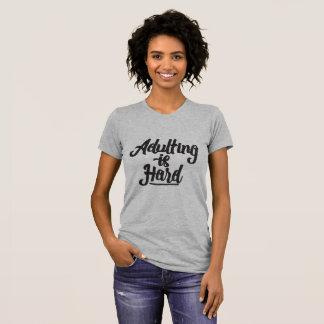 Adulting är hård tee shirt