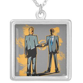 Affärsman som två skakar händer silverpläterat halsband