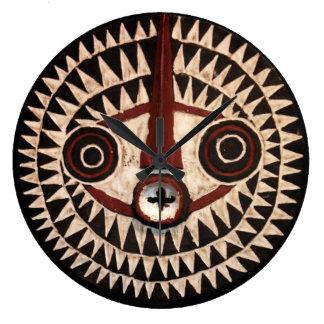 Afrikanen maskerar rundaväggen tar tid på - den stor klocka