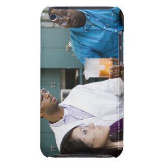 Afrikansk lärare och studenter som håller ögonen barely there iPod skydd