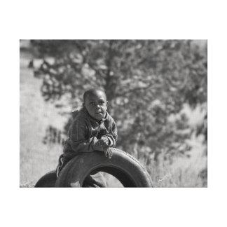 Afrikansk pojke med däck canvastryck
