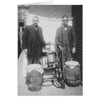 Agenter som visar Whiskeystillbilden, 1920 Hälsningskort