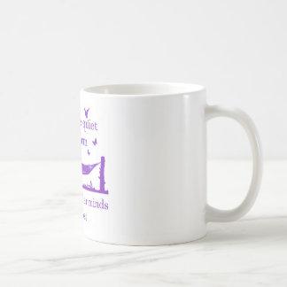 Akta sig den tyst bokmalen (lilor) kaffemugg