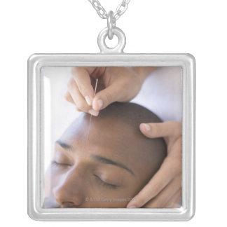 Akupunktur. Acupuncturist som sätter in en nål Silverpläterat Halsband