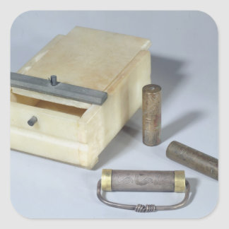 Alabaster- boxas och brons, och silver förseglar fyrkantigt klistermärke