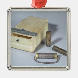 Alabaster- boxas och brons, och silver förseglar silverfärgad fyrkantigt julgransprydnad