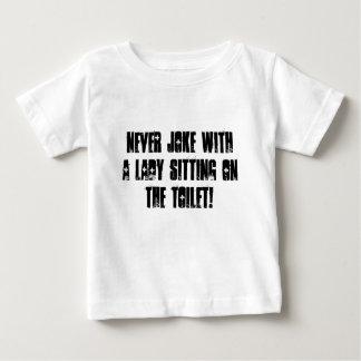 Aldrig skoja med en damsitta på toaletten! tee shirt