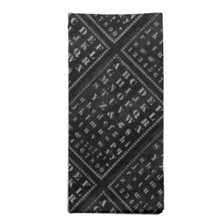 Alfabetteckensymboler på den svart svart tavlan tygservett