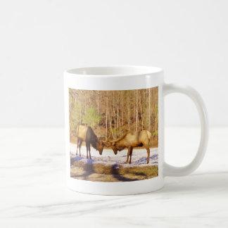 älg för tjur 2~ två i snön kaffemugg