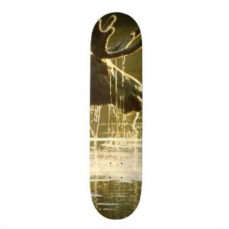 Älg som doppar hans huvud in i vatten old school skateboard bräda 18 cm