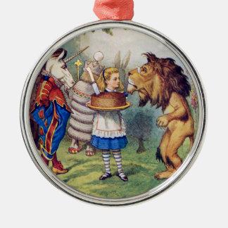 Alice erbjuder tårtan till det lejont och julgransprydnad metall