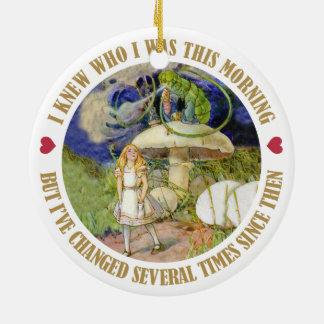 Alice i underland - jag visste vem jag var denna julgransprydnad keramik