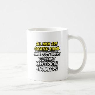 All manar är skapade lika… elektriska ingenjörer kaffemugg