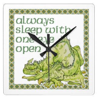 Alltid sömn med ett öppet öga fyrkantig klocka