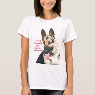 Älskat & skyddat av en tysk herde t-shirt