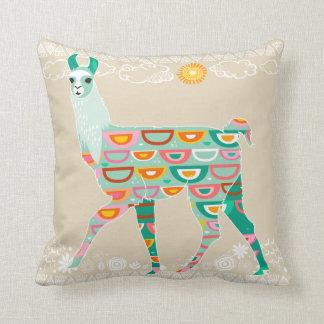 Älskvärd grön Llama på beigen - dekorativ kudde