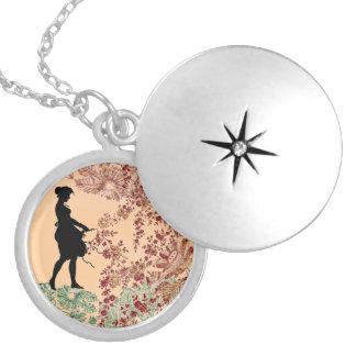 Älskvärd Silhouetteflicka i persika Silverpläterat Halsband