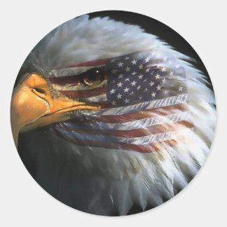Amerikanörn med amerikanska flagganklistermärkear runt klistermärke