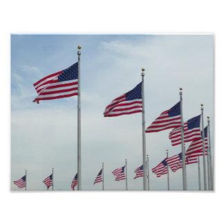 Amerikanska flaggan på den Washington monumentet Fototryck