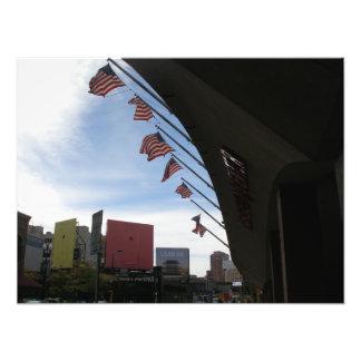 Amerikanska flaggan som förbiser Minneapolis Fotontryck