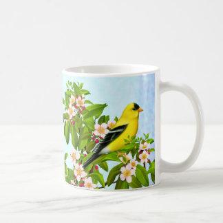 Amerikansteglitsfågel i Apple trädmugg Vit Mugg
