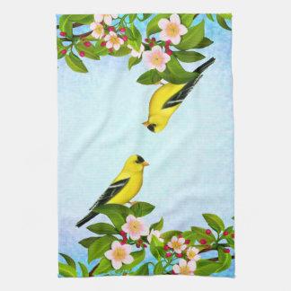 Amerikansteglitsfågeln räcker handduken kökshanddukar