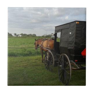 Amish häst och Buggy på solnedgången Kakelplatta