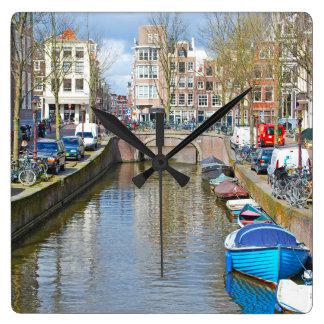 Amsterdam kanal med fartyg fyrkantig klocka