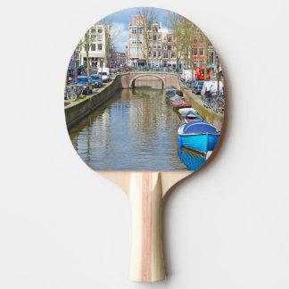 Amsterdam kanal med fartyg pingisracket