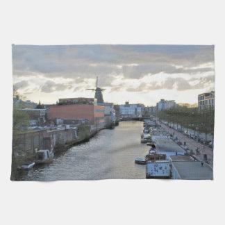 Amsterdam kanal och kvarn med inställningssolen kökshandduk