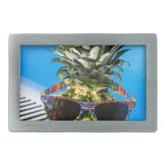 Ananas som ha på sig solglasögon på simbassängen
