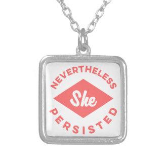 Ändå framhärdade hon silverpläterat halsband