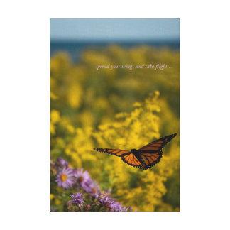 Äng för blomma för vild för monarkfjärilsflyg sjö canvastryck