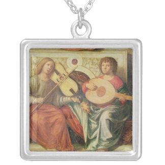 Ängelmusiker från målning av oskulden och silverpläterat halsband