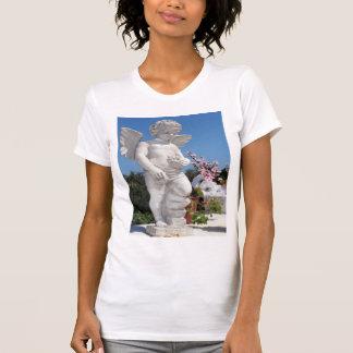 Ängelstaty i vit t-shirts